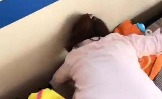 女孩掉进火车车底,为人父母者别再痴迷手机了